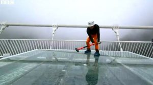 Read more about the article Ponte de vidro chinesa testada à martelada