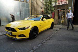 Utilizadores do Tinder têm encontros em Ford Mustang