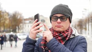 Cega usa telemóvel e viralizou na internet, muito por culpa do desconhecimento